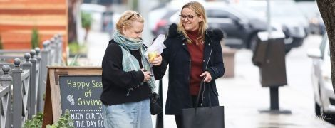 В уггах и с голыми ногами: смешная мама Риз Уизерспун со звездной дочерью прогулялись по Лос-Анджелесу