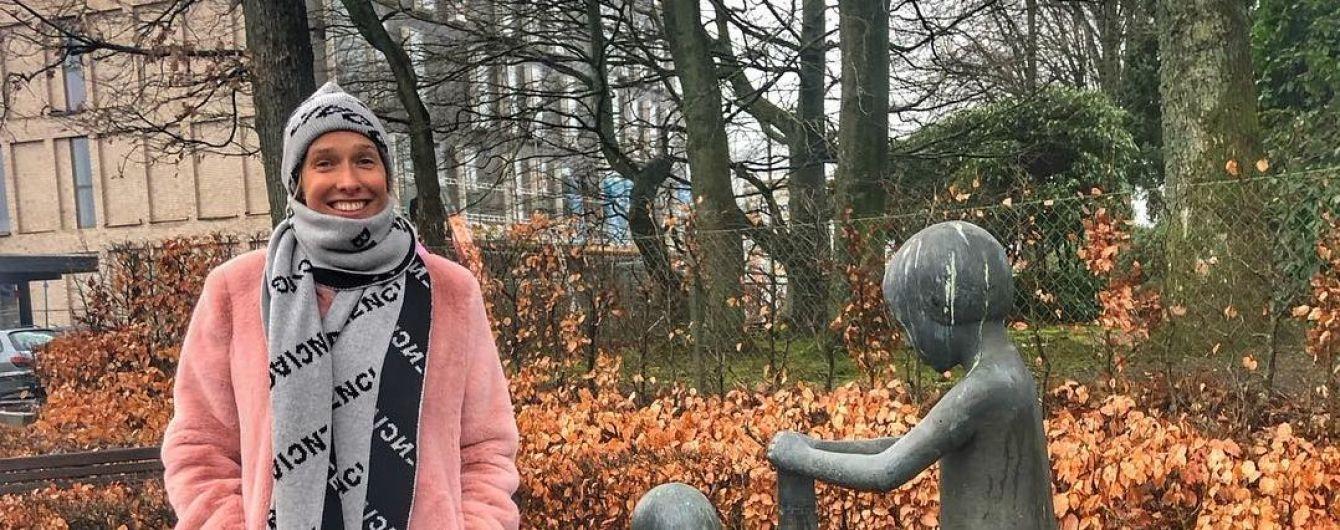 Катерина Осадча без макіяжу у рожевій шубці побувала на батьківщині Lego