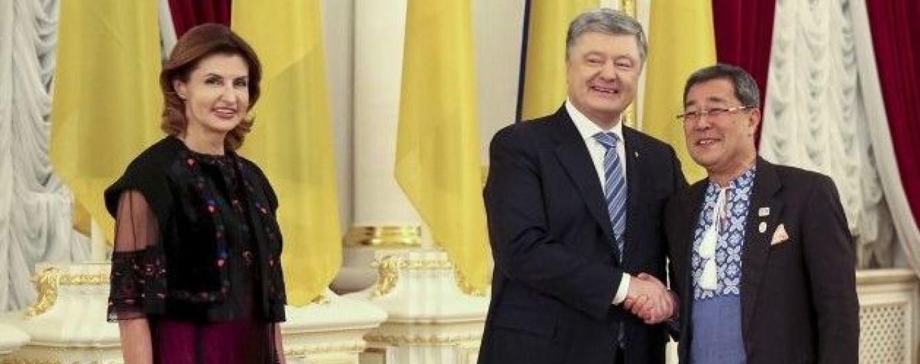 Битва образов Марины Порошенко: платье с вышивкой vs жемчужное платье