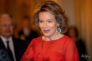 Смелый красный: королева Матильда в ярком образе приехала на прием во дворец