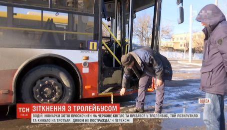 На перехресті в Одесі легковик хотів проскочити на червоне світло і врізався у тролейбус