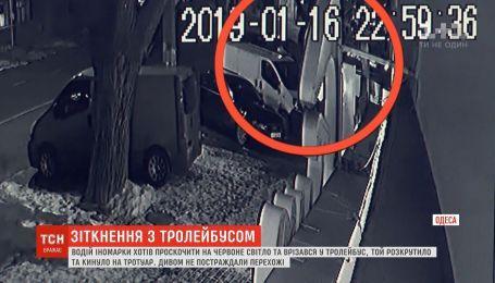 В Одессе водитель иномарки протаранил троллейбус