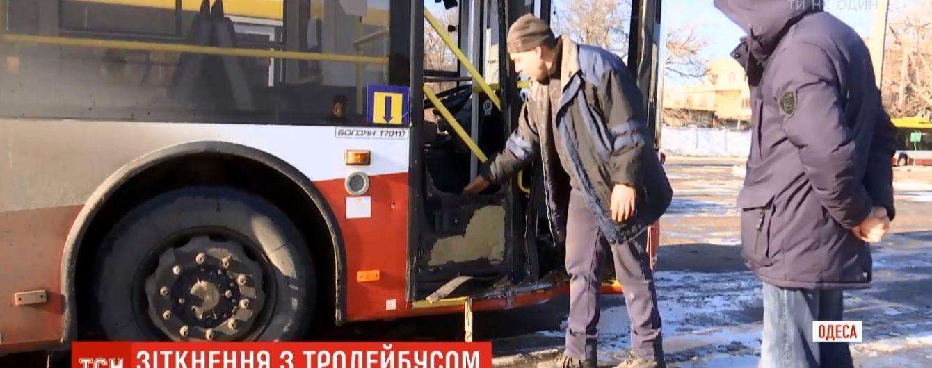 """ДТП з іскрами: в Одесі студент на іномарці""""вибив"""" тролейбус з дороги на тротуар"""