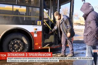 """ДТП с искрами: в Одессе студент на иномарке """"выбил"""" троллейбус с дороги на тротуар"""