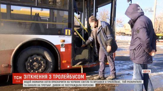 """ДТП з іскрами: в Одесі студентна іномарці""""вибив"""" тролейбус з дороги на тротуар"""
