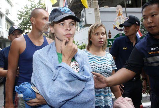 Скандальних Настю Рибку та Алекса Леслі, депортованих з Таїланду, затримали в аеропорту у Москві