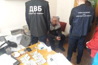 В Житомире задержали мужчину, который пытался за 1000 долларов подкупить полицейского
