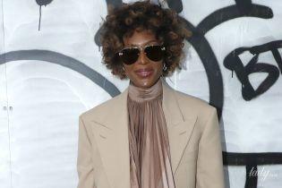 Худая и с кудрями: Наоми Кэмпбелл посетила шоу Louis Vuitton в Париже