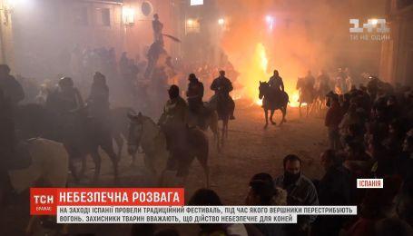 В Испании провели традиционный фестиваль, во время которого всадники перепрыгивают огонь