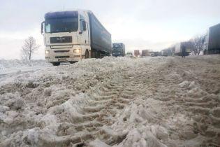 Снежные заносы на трассах расчистили, а на Закарпатье дороги перекрыты из-за паводков
