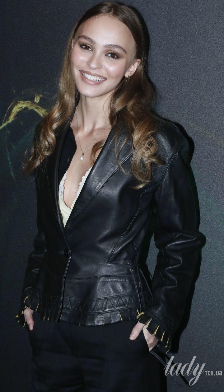 Скромно, але з родзинкою: Лілі-Роуз Депп сяє на прем'єрі фільму в Парижі