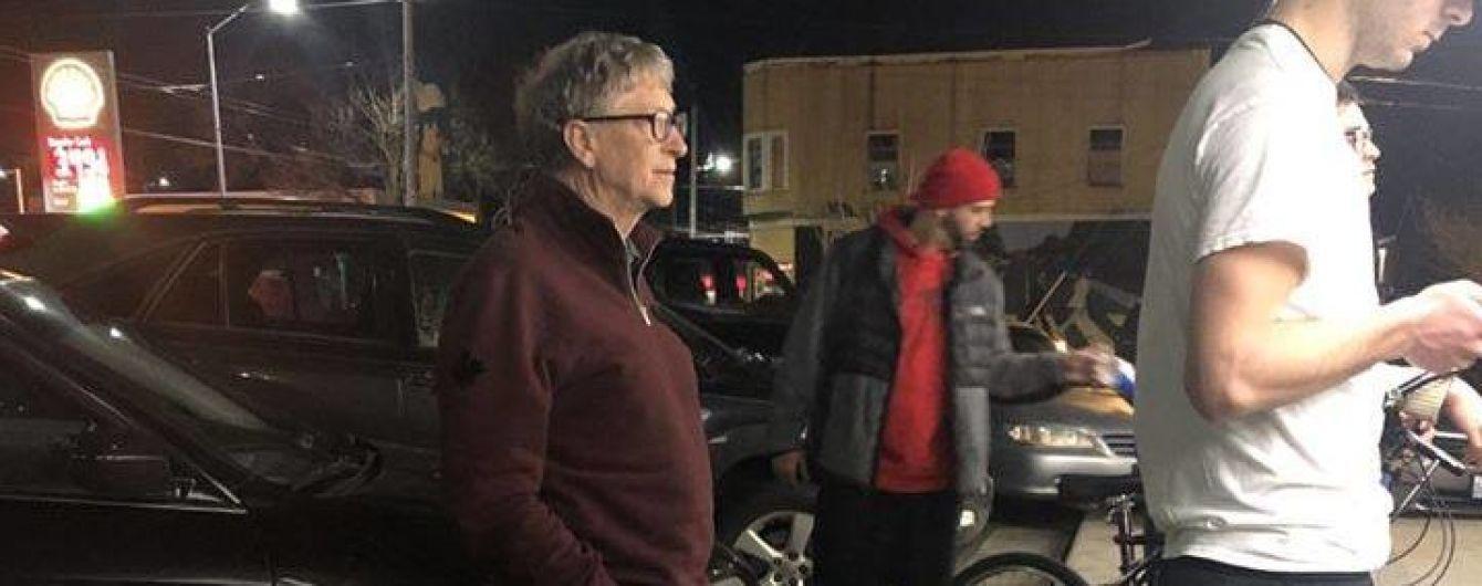 Гейтса засняли в очереди за бургерами. Теперь Сеть шутит об этом