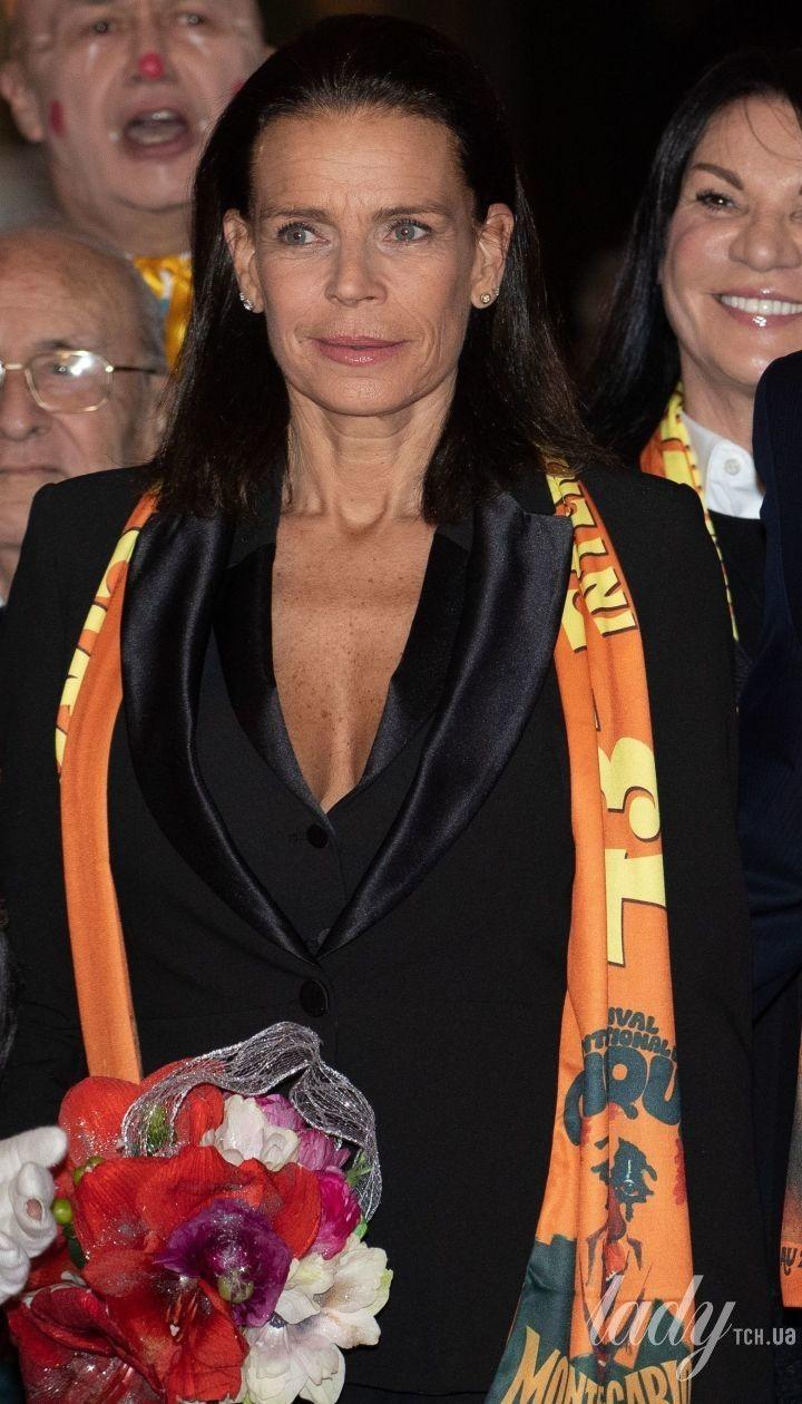 В елегантному костюмі та з глибоким декольте: принцеса Монако Стефані на світському заході