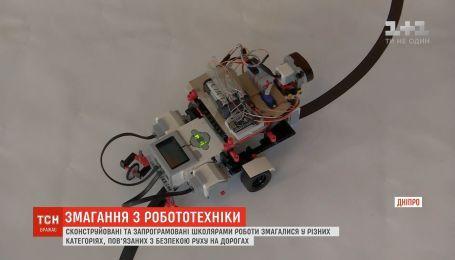 """В Днепре прошли соревнования """"умных"""" машин, созданных школьниками"""