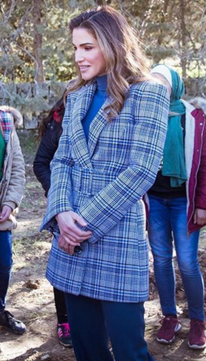 В клетчатом пальто и с лейкой: королева Рания посадила дерево