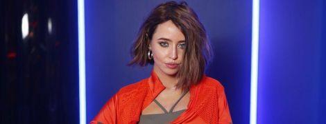 Рыжая в странном наряде: Надя Дорофеева показала себя 18-летней