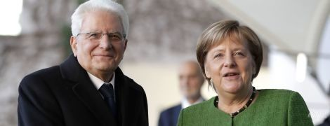 Скоро весна: Ангела Меркель надела на деловую встречу зеленый жакет