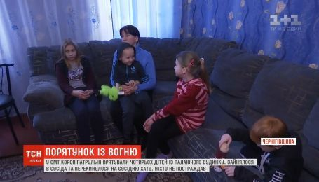 Спасение с огня: на Черниговщине копы спасли детей при пожаре