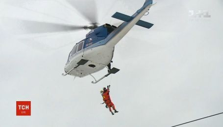 В Чехии лыжников, которые застряли на подъемнике, спасали на вертолете