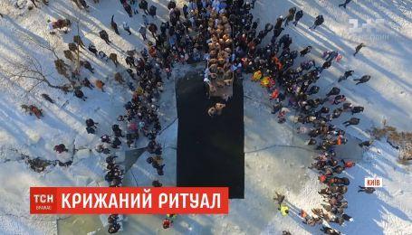 Ледяной ритуал: сотни тысяч украинский ныряли в прорубь на Крещение