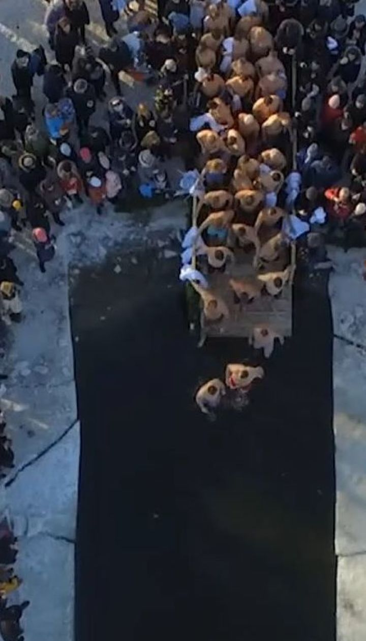 Крижаний ритуал: сотні тисяч українців пірнали в ополонку на Водохреще