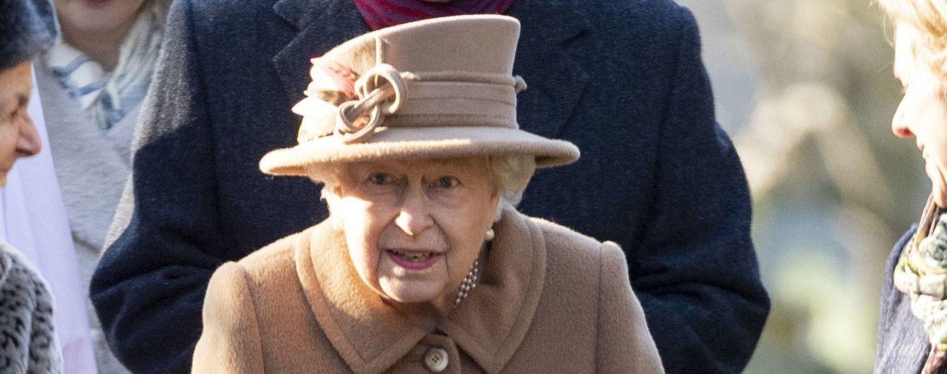 В бежевом пальто и шляпе с перьями: красивая королева Елизавета II впервые появилась на публике после аварии мужа