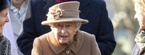 У бежевому пальті та капелюсі з пір'ям: красива королева Єлизавета II вперше з'явилася на публіці після аварії чоловіка