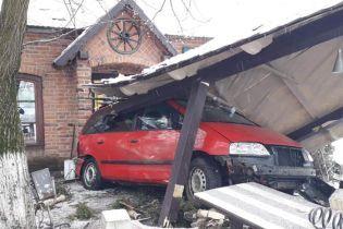 На Закарпатье Toyota столкнулась с Volkswagen, отбросив его в придорожное кафе