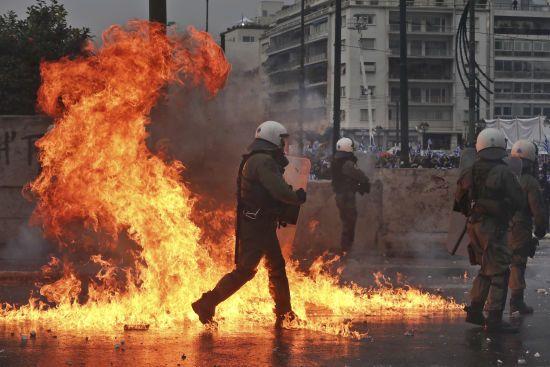 У Греції поліція застосувала газ і кийки проти невдоволених угодою з Македонією