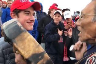 В США пользователи Сети возмущаются из-за видео, на котором юные сторонники Трампа насмехаются над индейцем