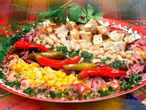 Теплый салат с фасолью и курицей
