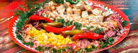 Теплий салат із квасолею та куркою