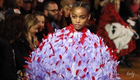 Вишивка, пір'я та яскраві кольори: у Парижі стартував Тиждень високої моди