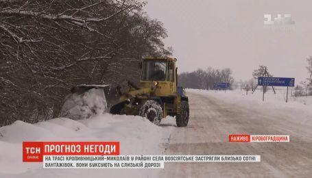 Из-за снегопадов спасателям пришлось освобождать из сугробов застрявшие авто