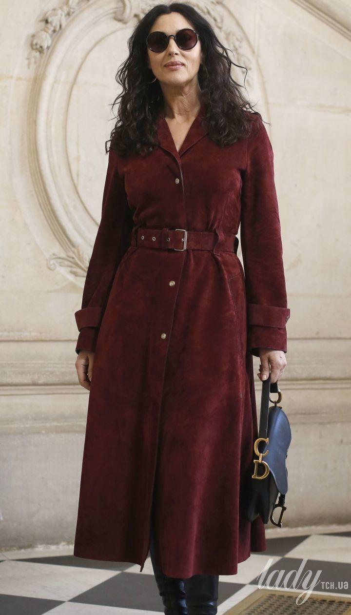 В бордовом платье и сапогах Christian Louboutin: Моника Беллуччи на Неделе высокой моды в Париже