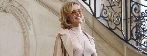 В стильному тренчі і спідниці з аплікаціями: Єва Герцигова на фешн-шоу у Парижі