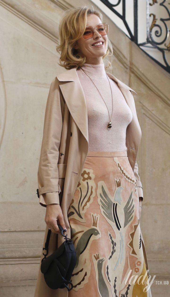В стильном тренче и юбке с аппликациями: Ева Герцигова на фэшн-шоу в Париже