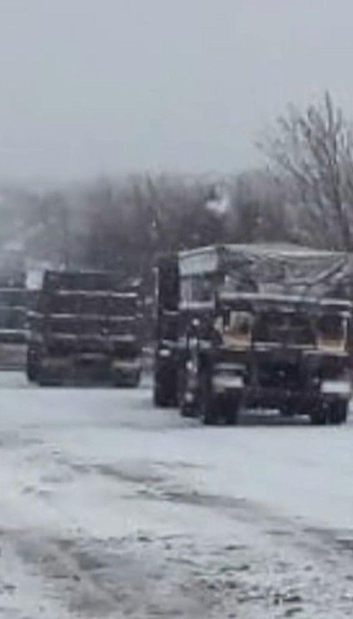 Від снігопадів та ожеледиці на дорогах потерпають кілька областей України