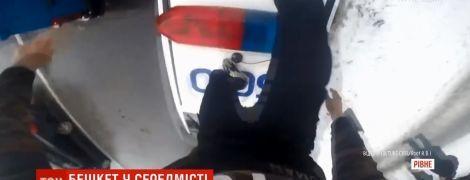 """""""Хулиганский челендж"""" в Ровно: парень пробежался по машине копов и призвал повторить это"""