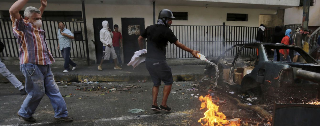 В Венесуэле полиция открыла стрельбу в районе протестов