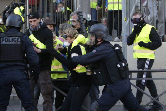 """Під час протесту """"жовтих жилетів"""" у Парижі демонстрант втратив кисть руки"""