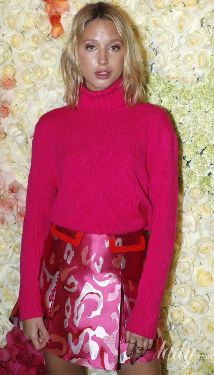 Блондинка в розовом: греческая принцесса Мария-Олимпия на модном шоу в Париже