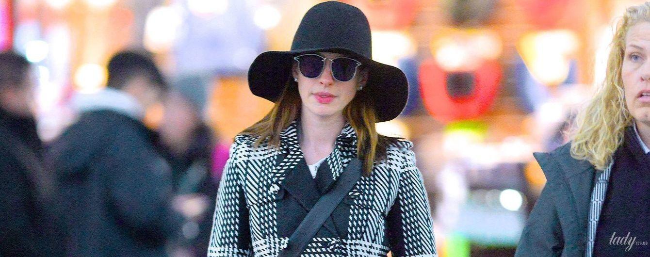Думала, не впізнають: Енн Гетевей в довгому пальті та капелюсі в аеропорту Нью-Йорка