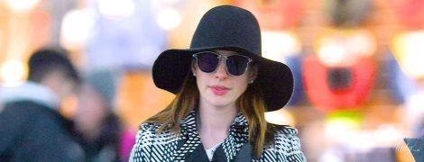 Думала, не узнают: Энн Хэтэуэй в длинном пальто и шляпе в аэропорту Нью-Йорка