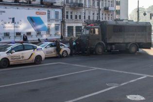 В центре Киева военный МАЗ протаранил легковушку