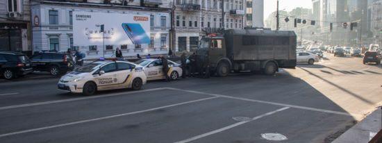 У центрі Києва військовий МАЗ протаранив легковик