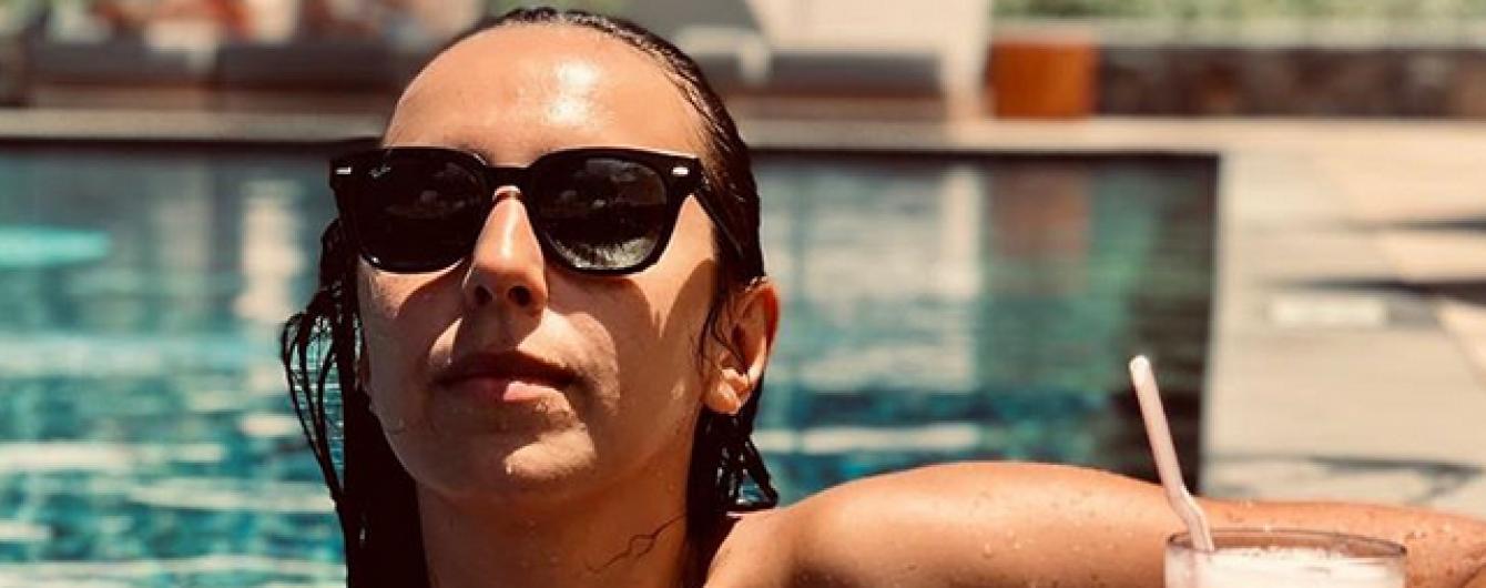 Зірки на відпочинку: Джамала у купальнику релаксує у басейні