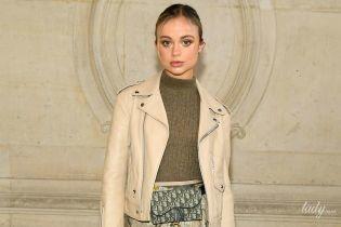 В юбке с ромашками и необычной обуви: Амалия Виндзор на показе Christian Dior в Париже