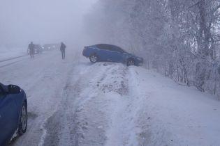 На Днепропетровщине произошло массовое ДТП с участием 10 машин, образовался затор на несколько километров