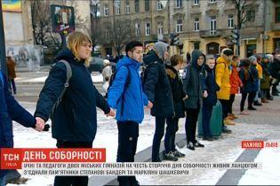 """У Львові учні та педагоги створили """"живий ланцюг"""" довжиною півтора кілометри"""